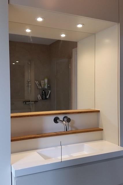 badkamermeubel wit en eiken uitgelicht